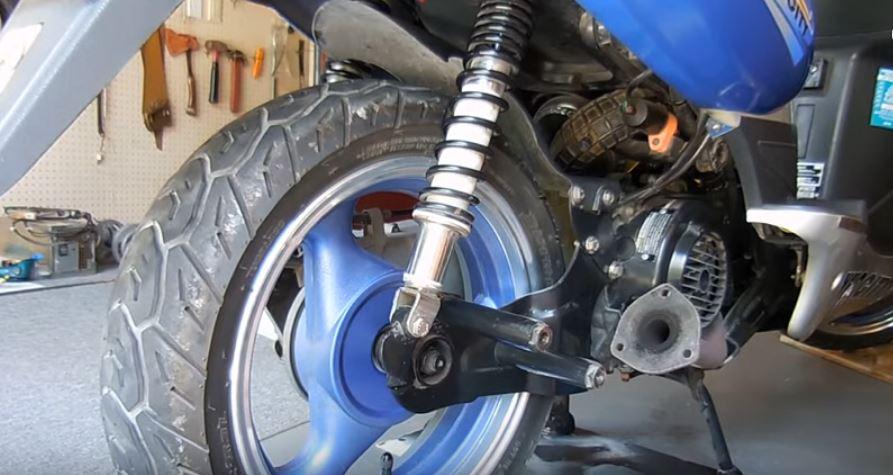 Снятие заднего колеса на скутере