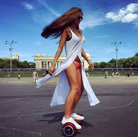 девушка на гироскутере