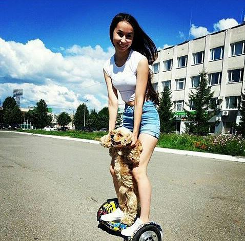 девушка с собачкой на гироскутере