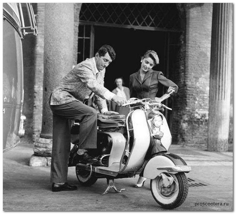 старый скутер Vespa Dino