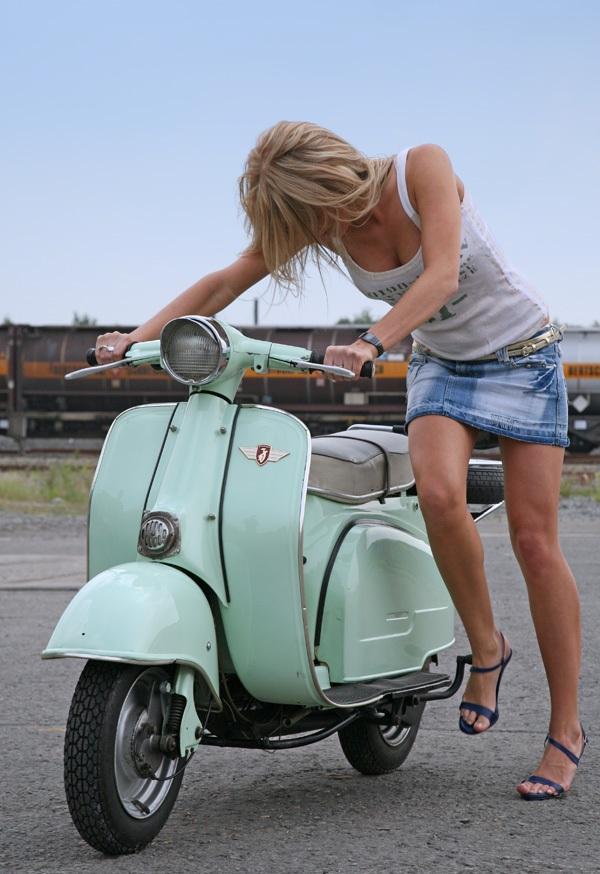 фото девушки заводящей скутер