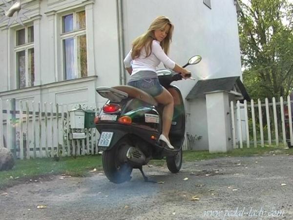 фото девушки на скутере