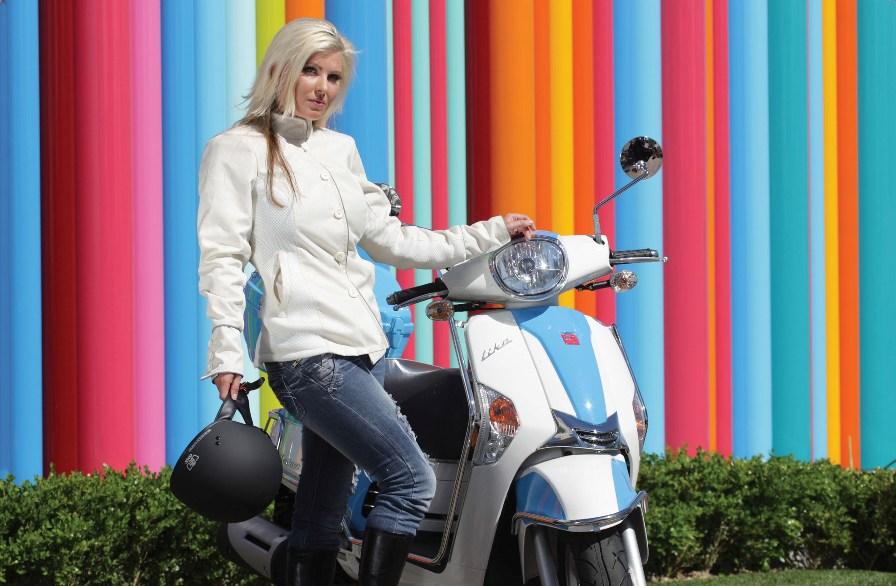 красивое фото девушки и скутера