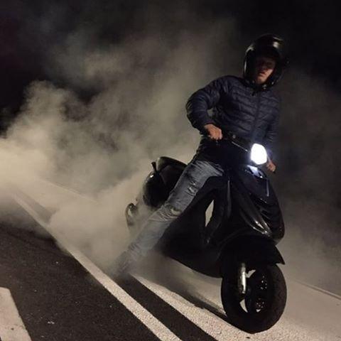 фото дымящего скутера