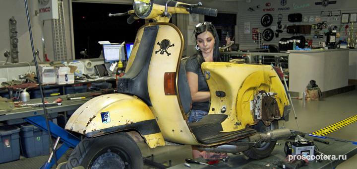 фото девушки ремонтирующей скутер