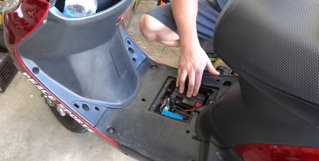 У скутора в масло попадает бензин и он плохо заводиться