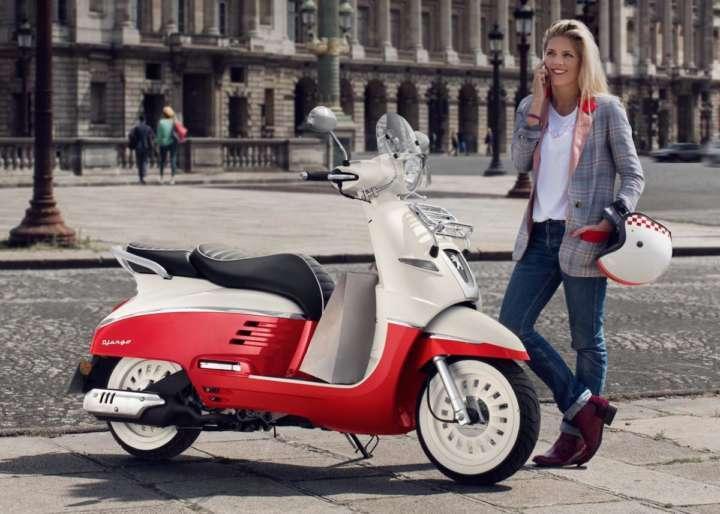 фото девушки и скутера